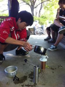 コーヒーを淹れる田中さん。
